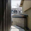 玄関アプローチ-玄関扉側より(撮影 : 母倉知樹)