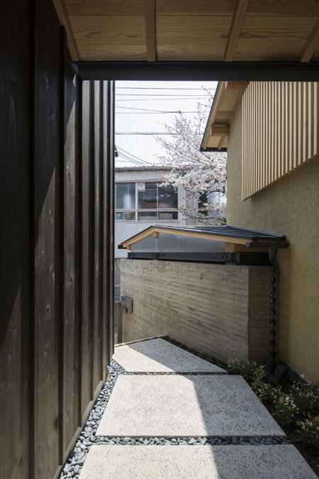 花園の家の部屋 玄関アプローチ-玄関扉側より(撮影 : 母倉知樹)