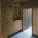 花園の家/スケルトン・リノベーションで耐震・断熱改修も行った和風の住まいの写真 玄関(撮影 : 母倉知樹)
