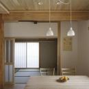 花園の家/スケルトン・リノベーションで耐震・断熱改修も行った和風の住まいの写真 ダイニングより和室を見る(撮影 : 母倉知樹)