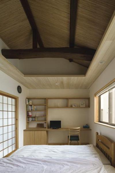 ワークスペースのあるベッドルーム(撮影 : 母倉知樹) (花園の家)