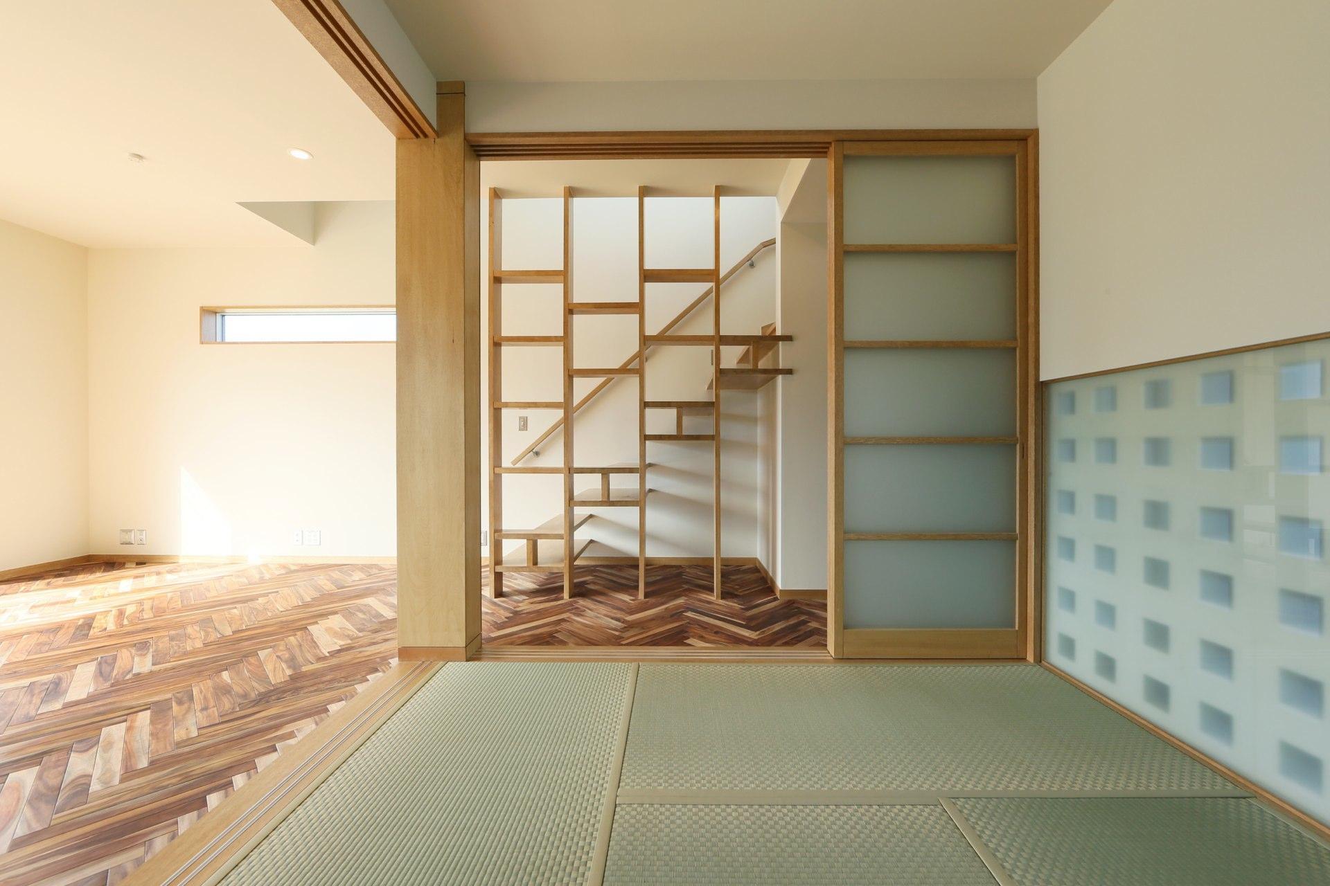 Y's residenceの写真 和室から階段を見る
