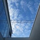 中庭より空を見上げる