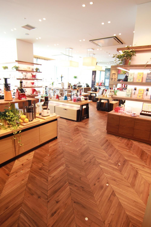店舗・オフィスに使用されている無垢フローリング、積層フローリングの施工事例 (アカシア フレンチヘリンボーン ワイルド 無垢フローリング)