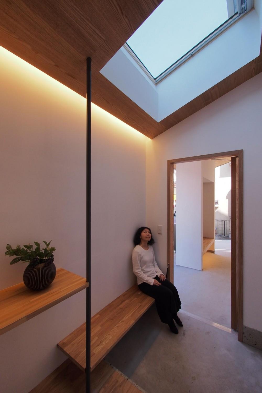 戸手本町の家 ー リノベーション (玄関よりポーチを見返す)