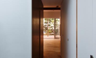 戸手本町の家 ー リノベーション (玄関よりリビングに至るトンネル)