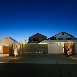 中庭のある家~光と風の通るガレージハウス~ (外観-夜景(撮影:中村絵))