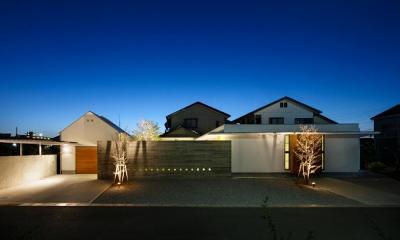 外観-夜景(撮影:中村絵)|中庭のある家~光と風の通るガレージハウス~