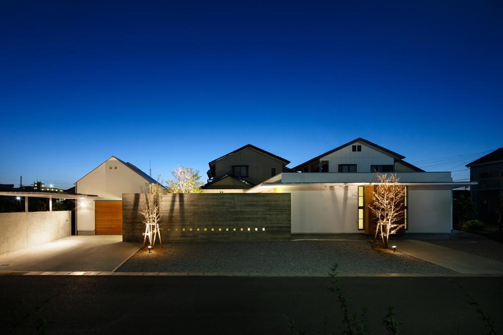 中庭のある家~光と風の通るガレージハウス~の写真 外観-夜景(撮影:中村絵)