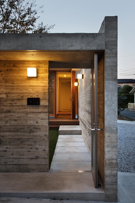 中庭のある家~光と風の通るガレージハウス~の写真 玄関アプローチ(撮影:中村絵)