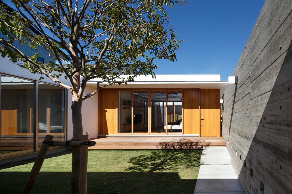 中庭のある家~光と風の通るガレージハウス~の写真 中庭を通る玄関アプローチ(撮影:中村絵)