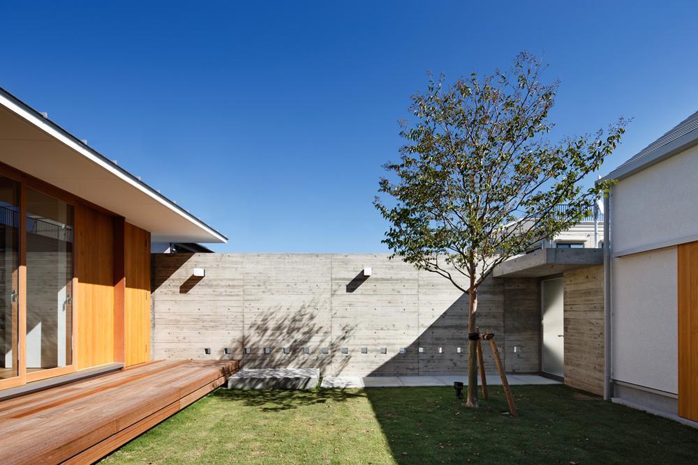 中庭のある家~光と風の通るガレージハウス~の写真 中庭を通る玄関アプローチ2(撮影:中村絵)