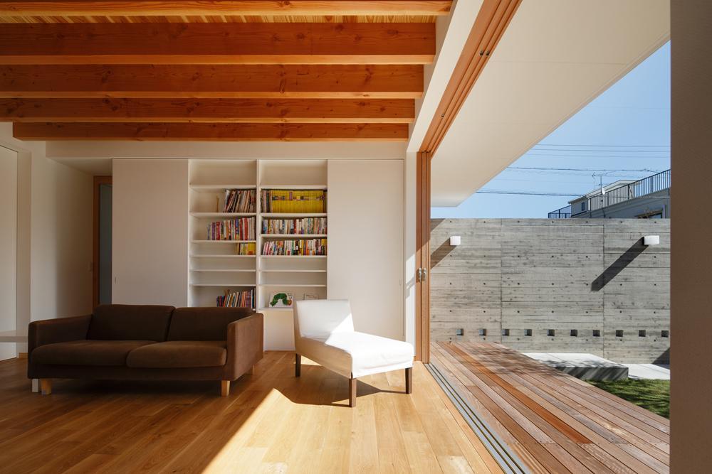 中庭のある家~光と風の通るガレージハウス~の写真 全面開口のリビング1(撮影:中村絵)