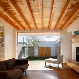 中庭のある家~光と風の通るガレージハウス~ (全面開口のリビング2(撮影:中村絵))