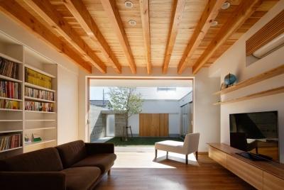 全面開口のリビング2(撮影:中村絵) (中庭のある家~光と風の通るガレージハウス~)
