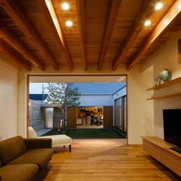 中庭のある家~光と風の通るガレージハウス~ (全面開口のリビング3(撮影:中村絵))