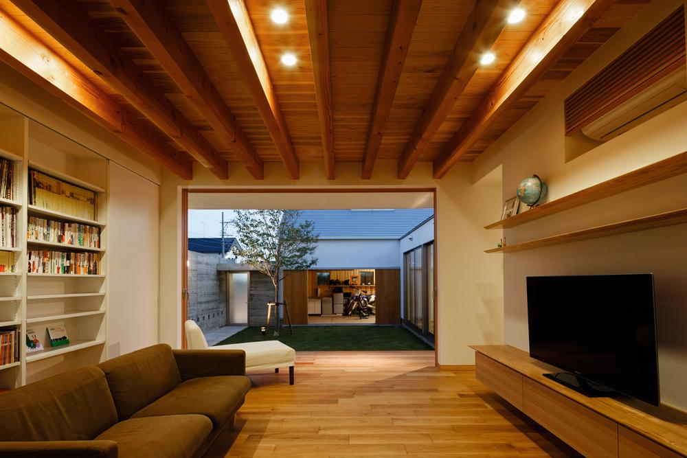 中庭のある家~光と風の通るガレージハウス~の部屋 全面開口のリビング3(撮影:中村絵)