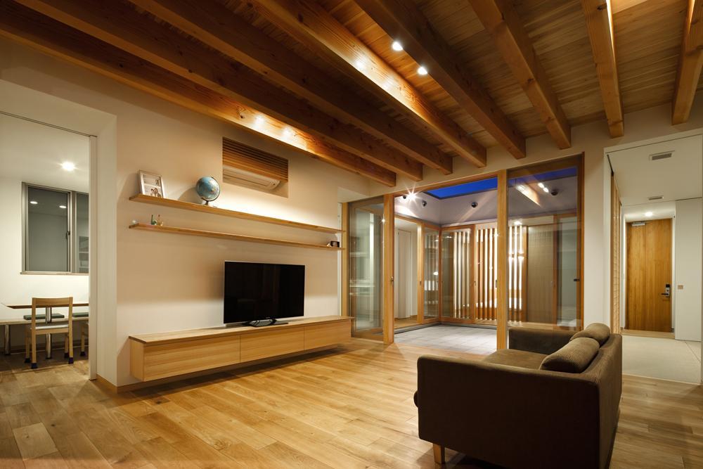 中庭のある家~光と風の通るガレージハウス~の部屋 リビングと2つ目の中庭(撮影:中村絵)