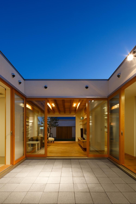 中庭のある家~光と風の通るガレージハウス~の部屋 中庭から中庭を見る(撮影:中村絵)