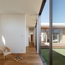 中庭のある家~光と風の通るガレージハウス~-廊下でつながる子供室(撮影:中村絵)
