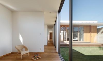 中庭のある家~光と風の通るガレージハウス~ (廊下でつながる子供室(撮影:中村絵))