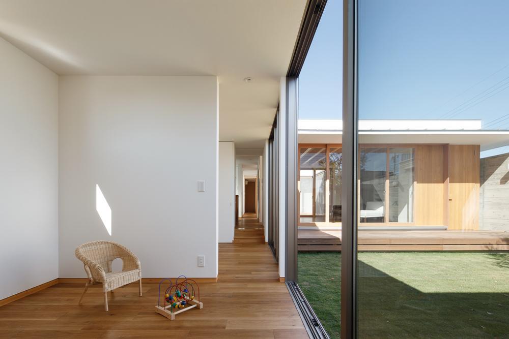 中庭のある家~光と風の通るガレージハウス~の写真 廊下でつながる子供室(撮影:中村絵)