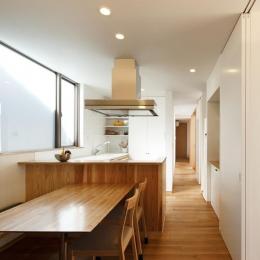 中庭のある家~光と風の通るガレージハウス~-明るいダイニングキッチン(撮影:中村絵)