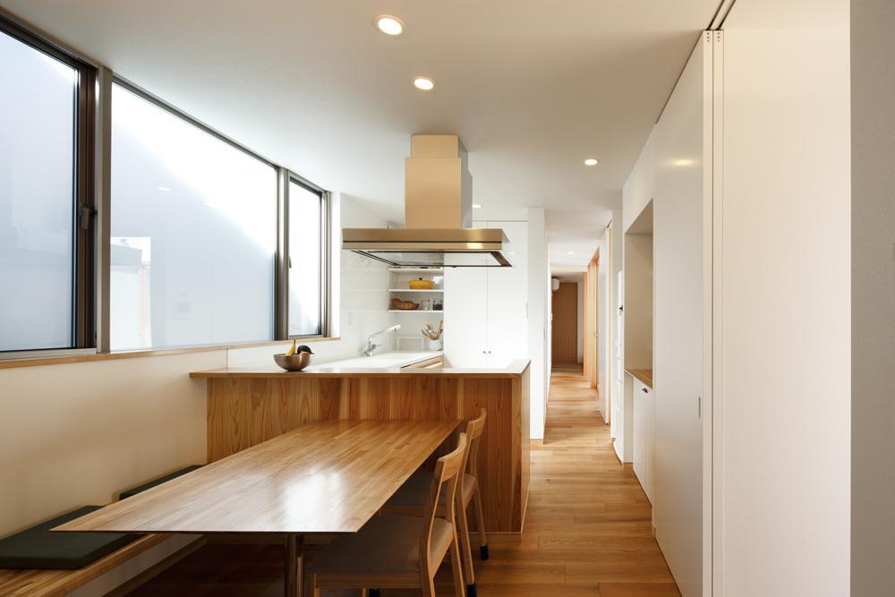 中庭のある家~光と風の通るガレージハウス~の写真 明るいダイニングキッチン(撮影:中村絵)
