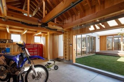 中庭のある家~光と風の通るガレージハウス~ (中庭に面した駐車場(撮影:中村絵))