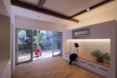 戸手本町の家 ー リノベーション (リビング・ダイニングより、広縁及び庭を望む)