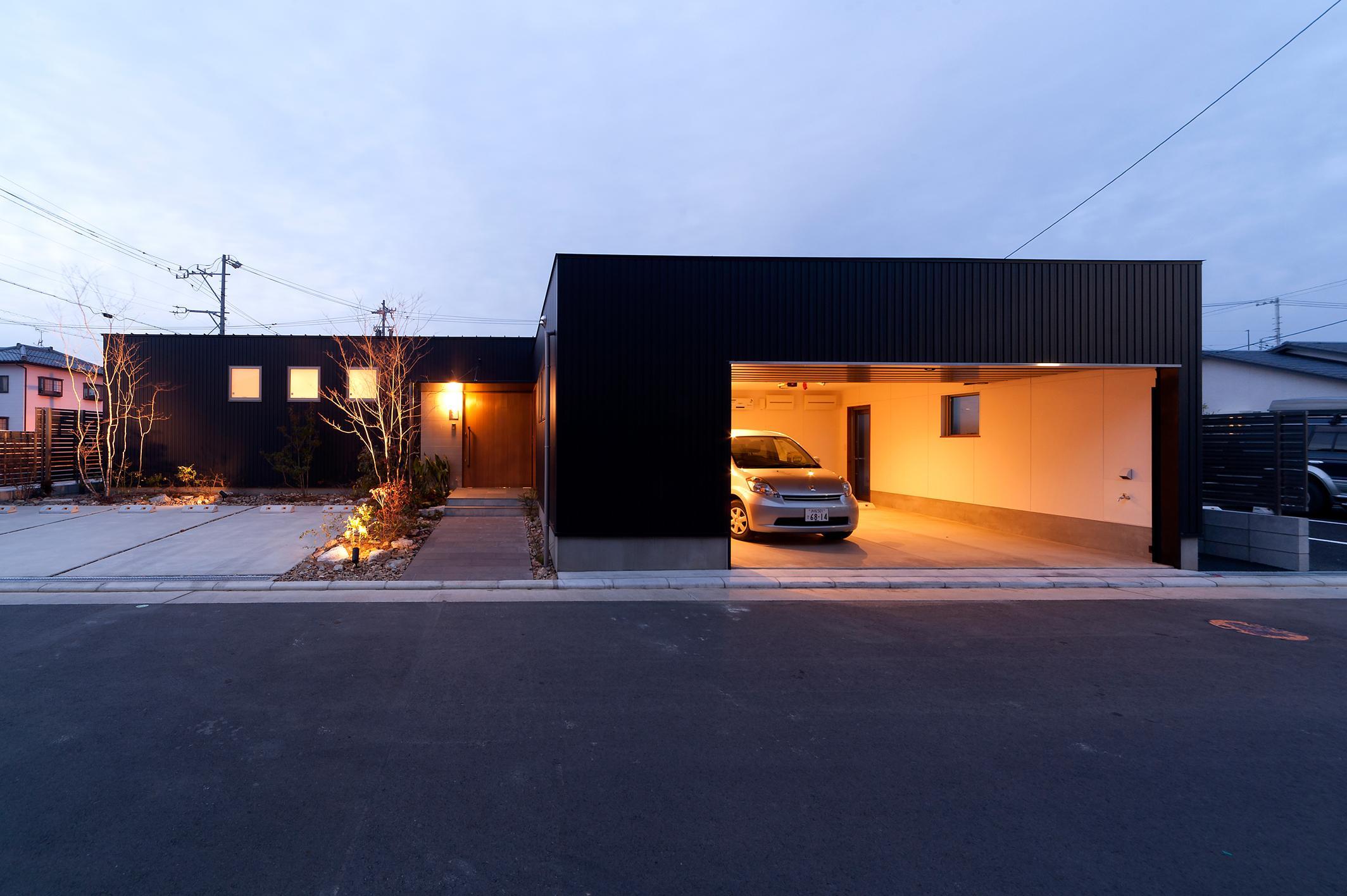 南浅田の家~大きな中庭のある家~の部屋 外観-夕景
