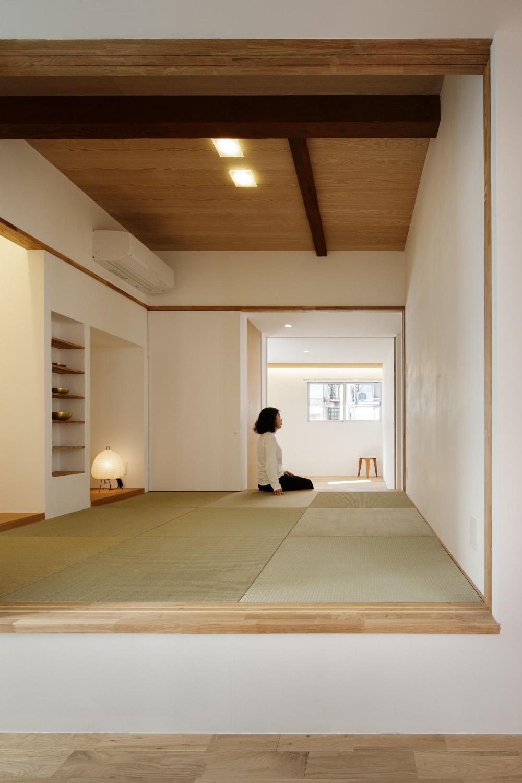戸手本町の家 ー リノベーション (和室越しに寝室を見る。)