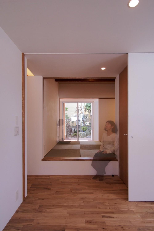 戸手本町の家 ー リノベーション (寝室より和室越しに庭を望む)