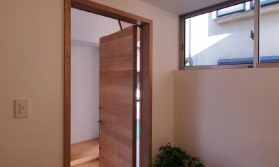 戸手本町の家 ー リノベーション (玄関(子世帯)よりポーチを見る)