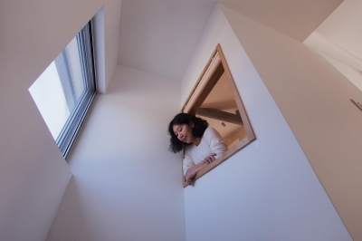 子世帯階段より見上げー寝室の小窓 (戸手本町の家 ー リノベーション)