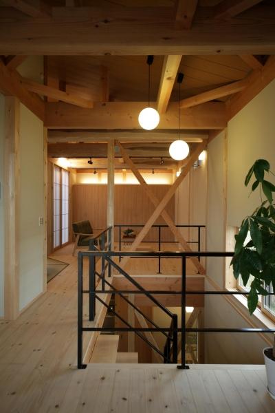 木の家 (ストリップ階段からのリビング)