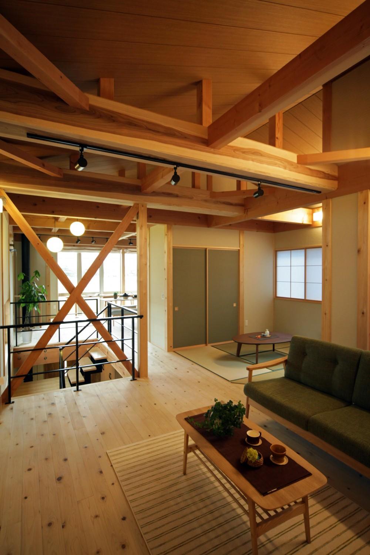木の家 (勾配天井のリビング)