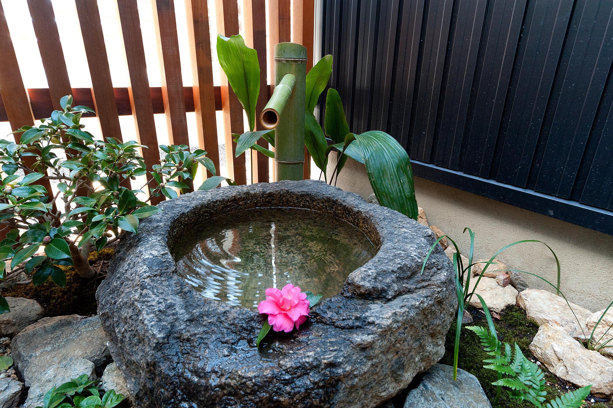 南浅田の家~大きな中庭のある家~の部屋 和室から見える水庭