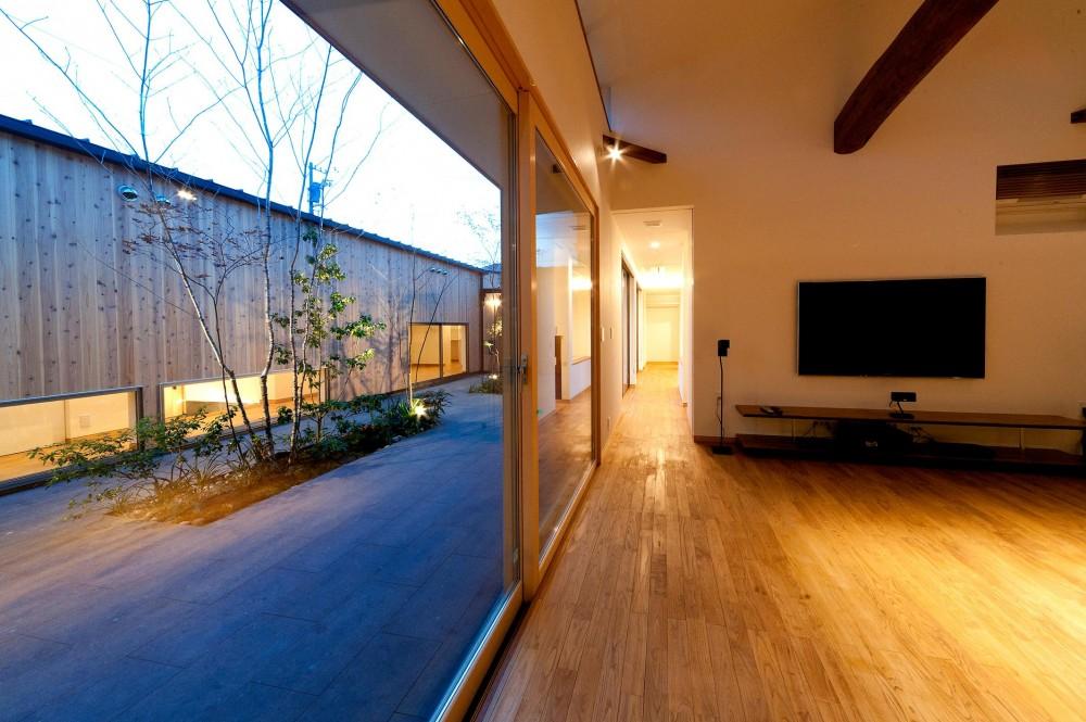 南浅田の家~大きな中庭のある家~ (中庭とリビング)