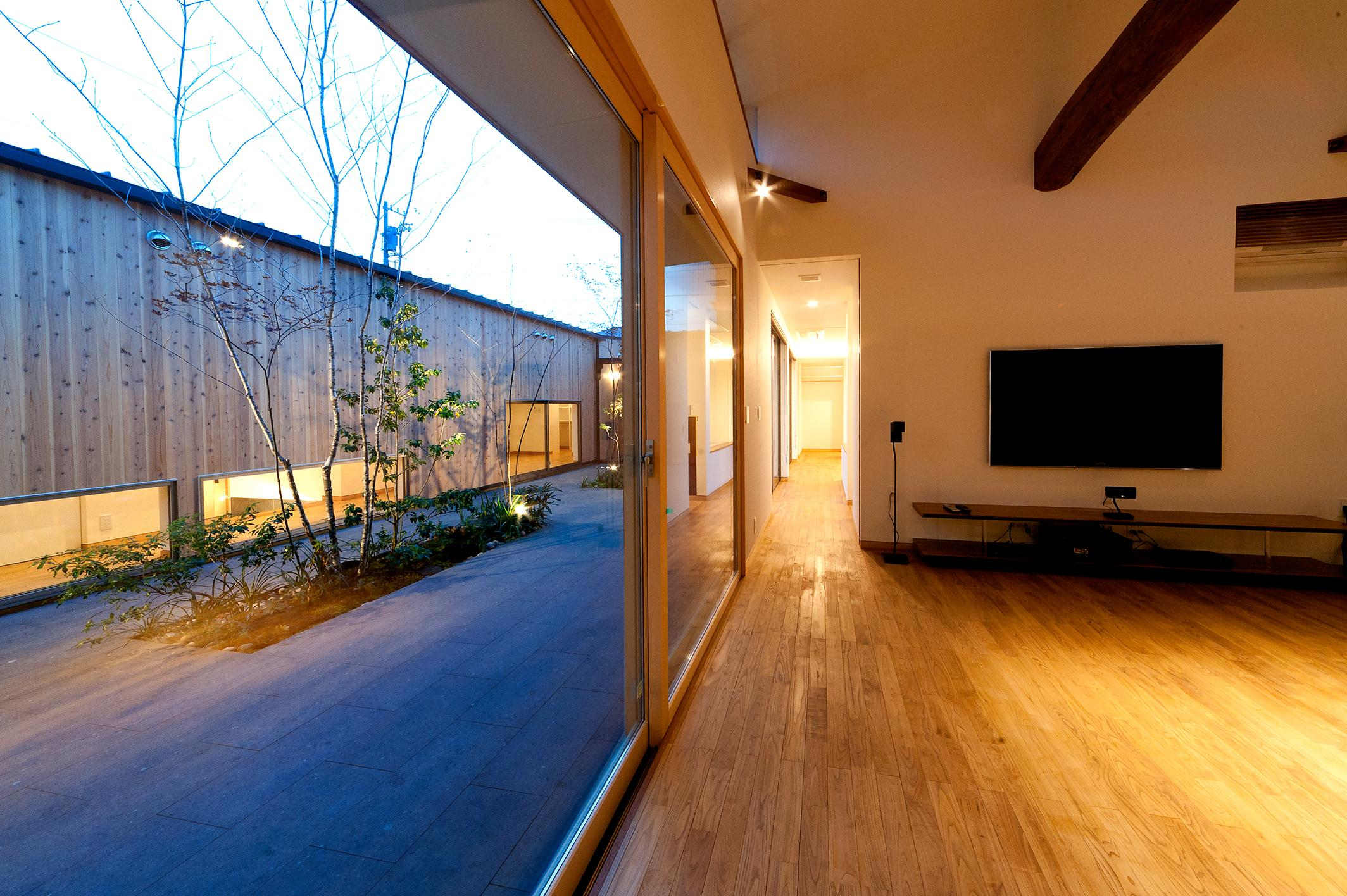 南浅田の家~大きな中庭のある家~の部屋 中庭とリビング