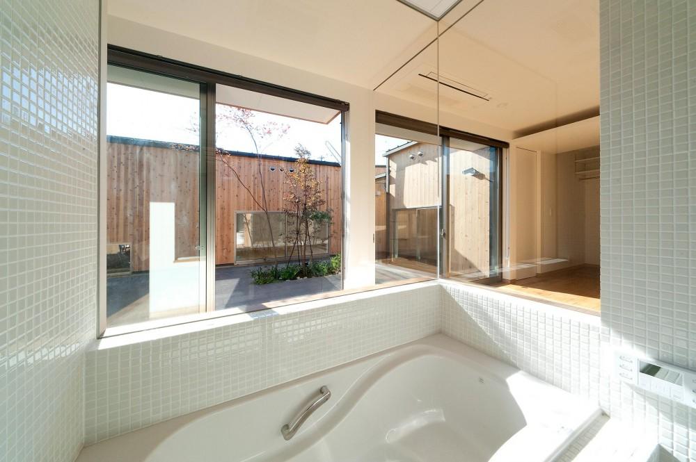 ガラス張りの浴室 (南浅田の家~大きな中庭のある家~)