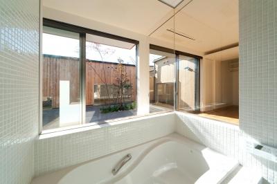 南浅田の家~大きな中庭のある家~ (ガラス張りの浴室)