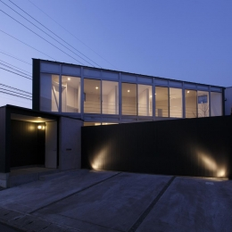 三角プランの家~斜め線で室内と室外に分かれる家~ (外観-夕景(撮影:加斗タカオ))