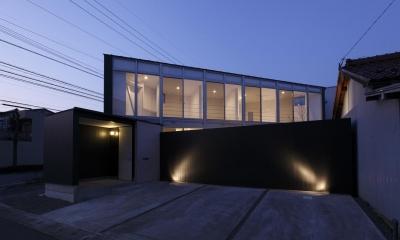 外観-夕景(撮影:加斗タカオ)|三角プランの家~斜め線で室内と室外に分かれる家~