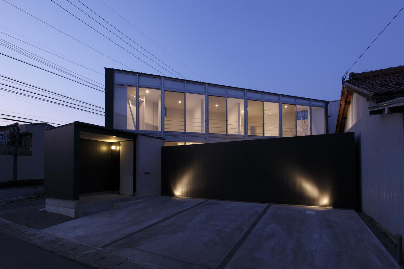 三角プランの家~斜め線で室内と室外に分かれる家~の部屋 外観-夕景(撮影:加斗タカオ)