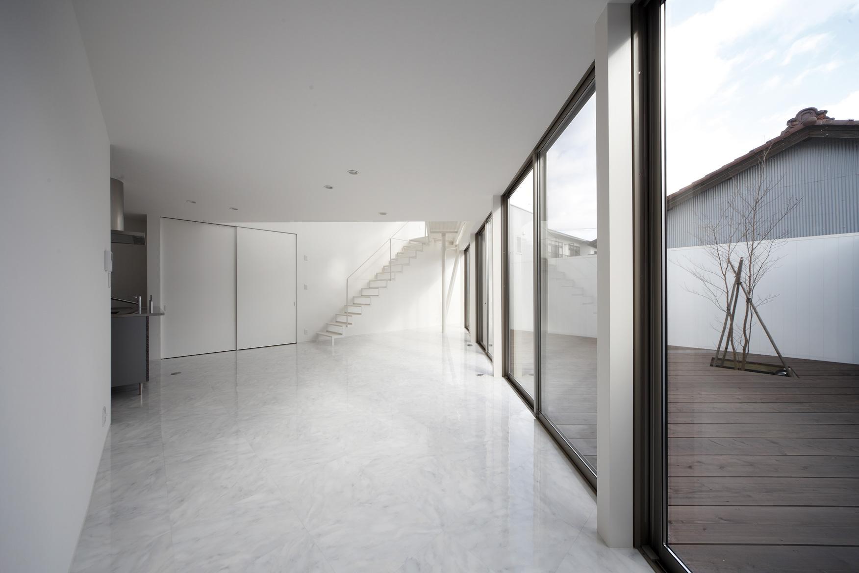 三角プランの家~斜め線で室内と室外に分かれる家~の部屋 リビングとデッキ(撮影:加斗タカオ)