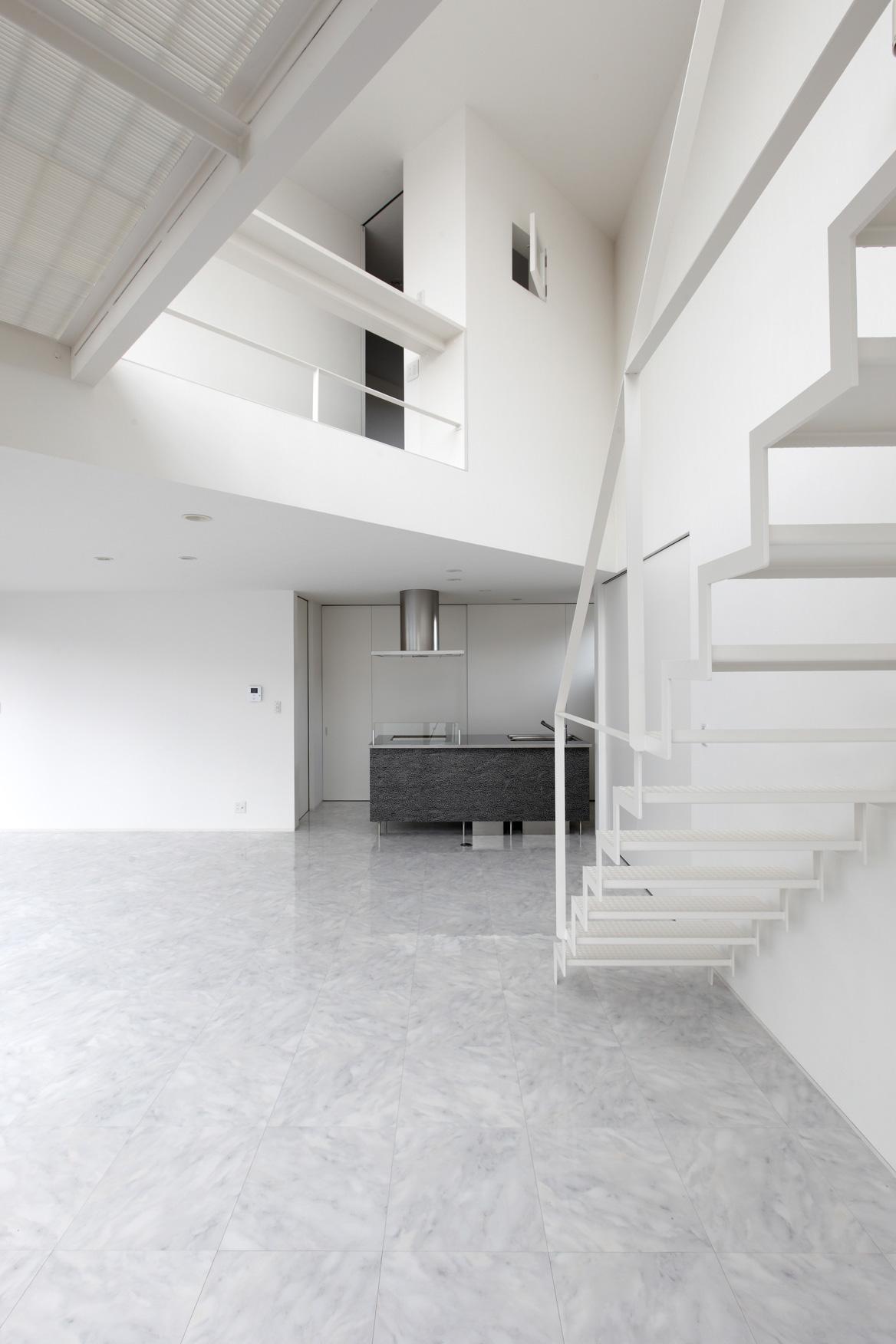 三角プランの家~斜め線で室内と室外に分かれる家~の部屋 キッチン-正面(撮影:加斗タカオ)