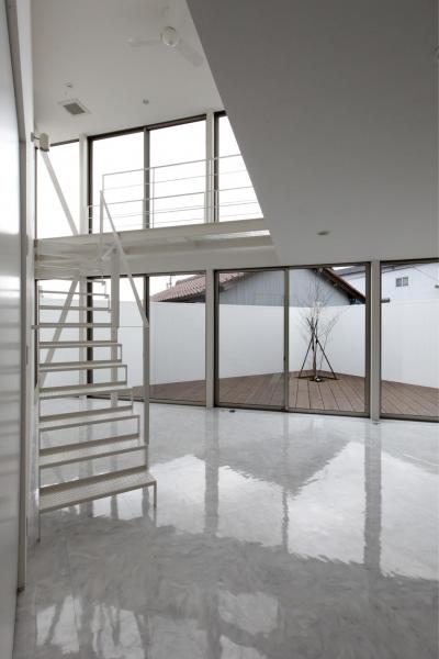 三角プランの家~斜め線で室内と室外に分かれる家~ (リビングからウッドデッキを見る(撮影:加斗タカオ))