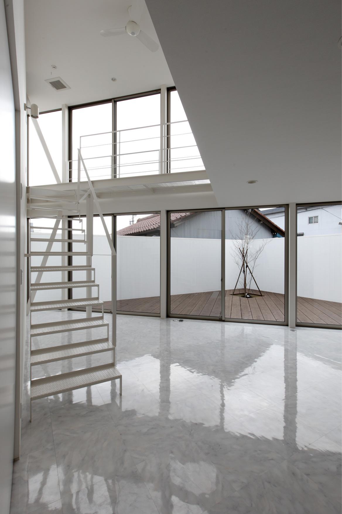 三角プランの家~斜め線で室内と室外に分かれる家~の部屋 リビングからウッドデッキを見る(撮影:加斗タカオ)