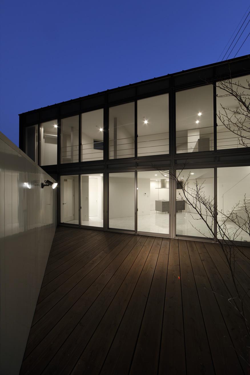 三角プランの家~斜め線で室内と室外に分かれる家~の部屋 ウッドデッキ(撮影:加斗タカオ)